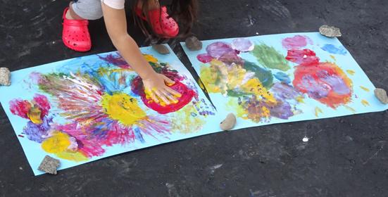 4歳の娘とのフィンガーペイントと色水遊び。