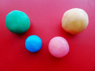 【手作りスーパーボール】塩と洗濯のりで手軽に作れちゃう。スーパーボールの作り方を紹介。