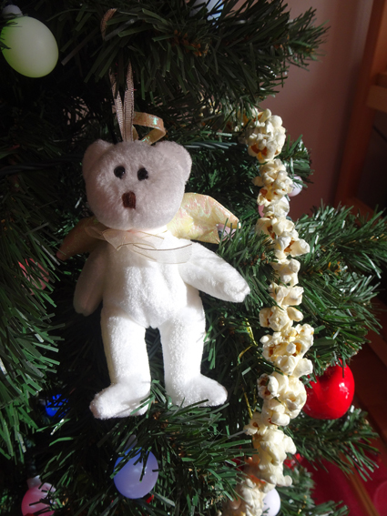 ポップコーンでクリスマスツリーの飾りを作ったよ。