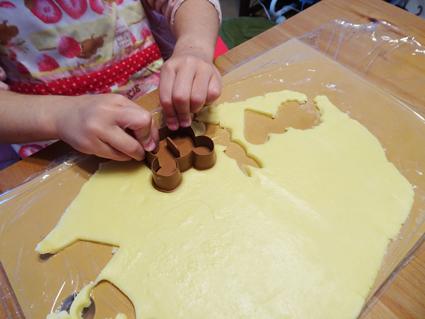 型抜きクッキー作り。