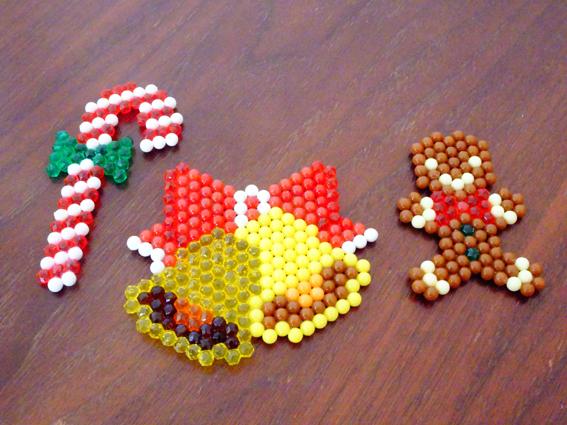 アクアビーズとアイロンビーズを作り比べ。出来上がったシンデレラを並べてみる。クリスマスプレゼントにオススメのセットは。