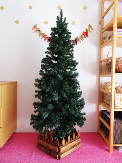 クリスマスツリーを飾ったよ。手狭な部屋にはスリムタイプのツリーが丁度イイ。【2019】