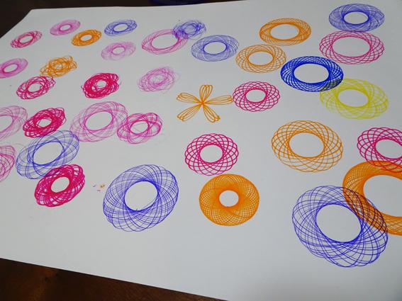 【クルリグラフデラックス】スピログラフとクルリグラフの違いは何?くるくる回して幾何学模様が楽しめる定規『スピログラフ』で5歳の娘と遊んでみたよ!【レビュー】