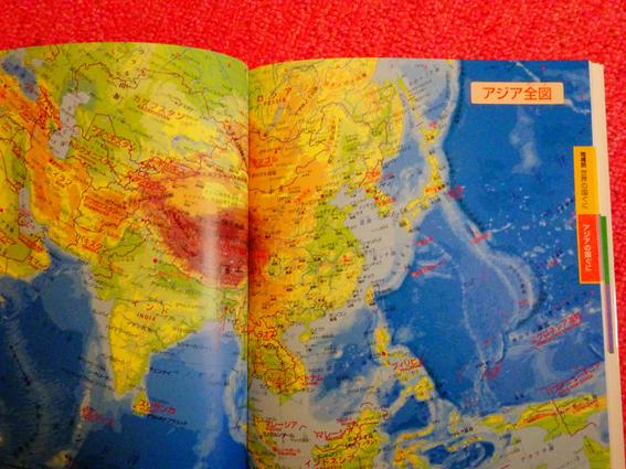 地球儀と『こども世界地図』に夢中になる5歳の娘。『こども世界地図』を購入した理由。