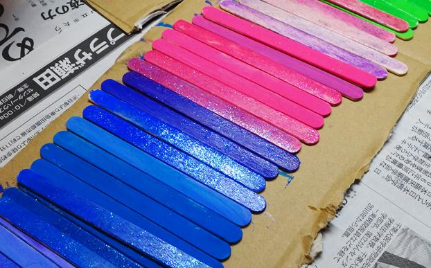 【工作】6歳の娘がアイスの棒で作ったペン立てとお気に入りのラメ入りアクリルガッシュ。