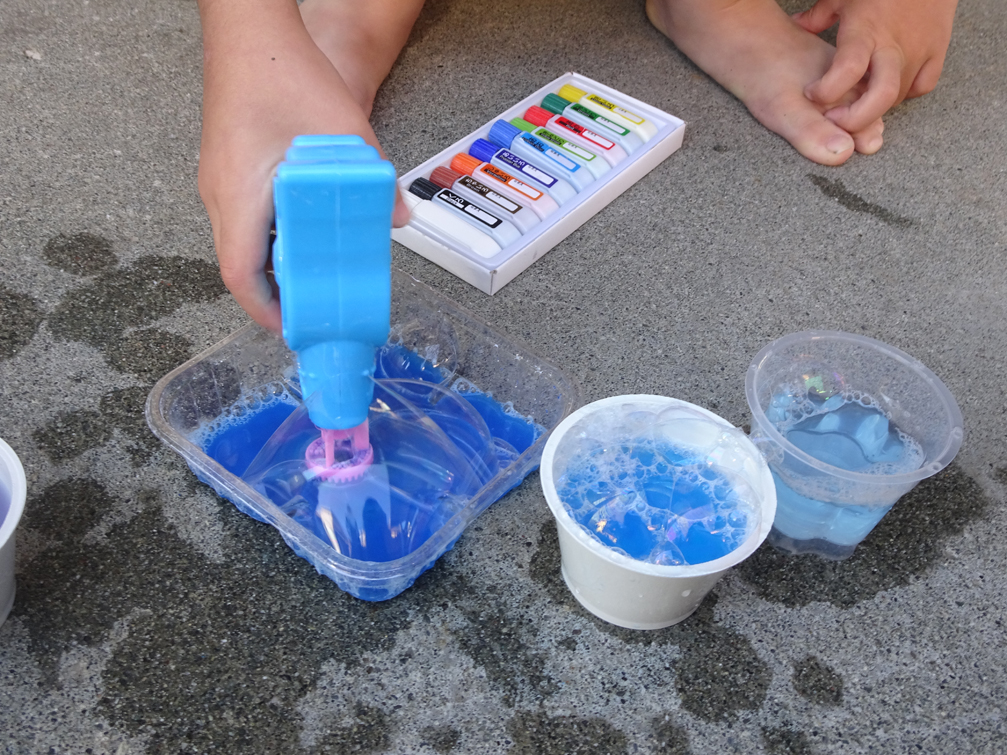 庭プール遊びの延長に。6歳の娘と色水遊びや泡シェイク遊びをしたよ。